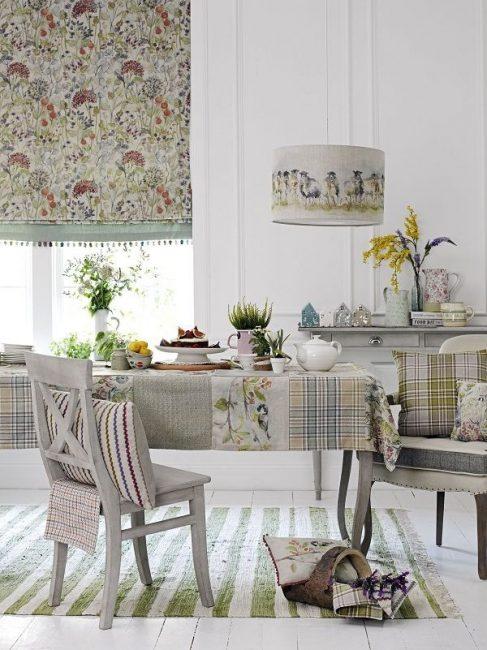 Стиль выбранной шторы заставляет придерживаться общей тематики