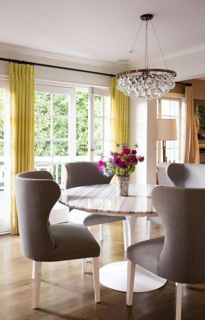 Цветные кухонные шторы привлекают своей контрастностью