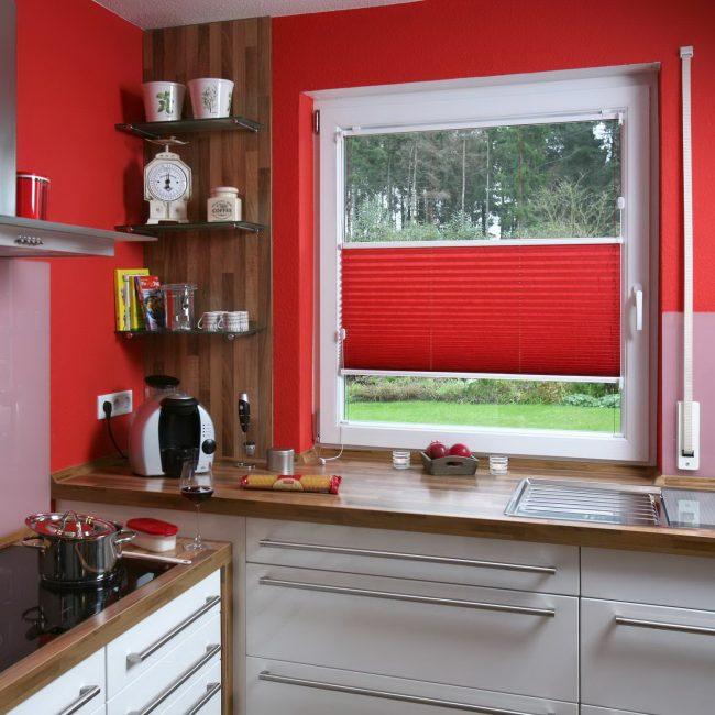 Необычный вид окна в кухне с незначительными оформлениями