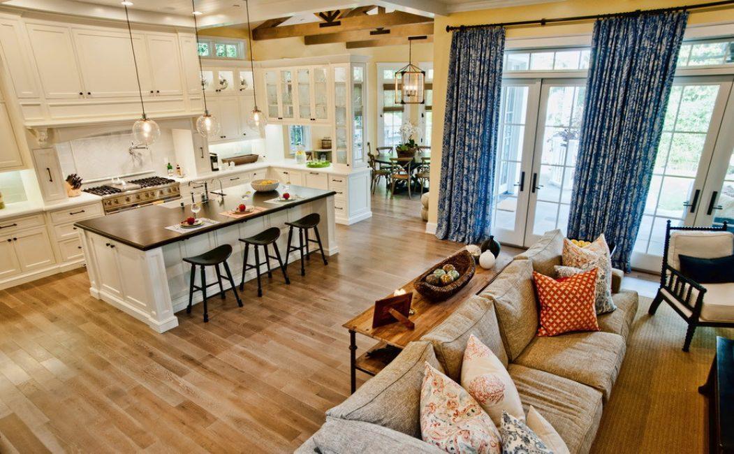 Просторная кухня с классическими шторами