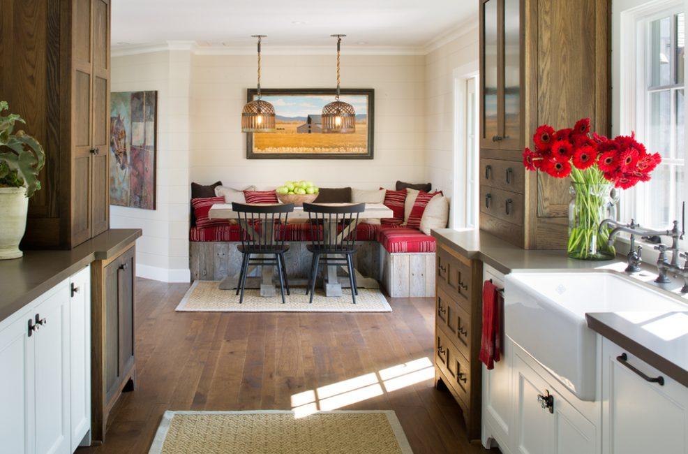 Узкая кухня с угловой обеденной зоной сближает окружение