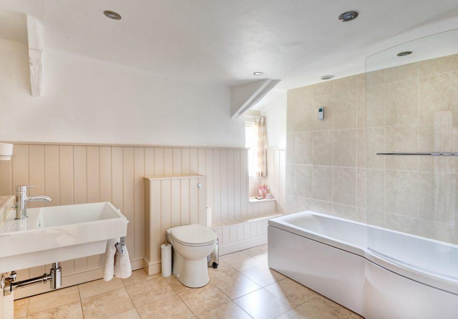 Цвет латте в отделке ванной комнаты