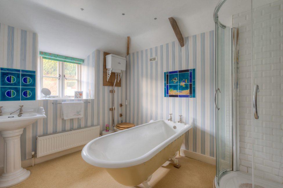 Полосатые панели славно выглядят в ванной комнате