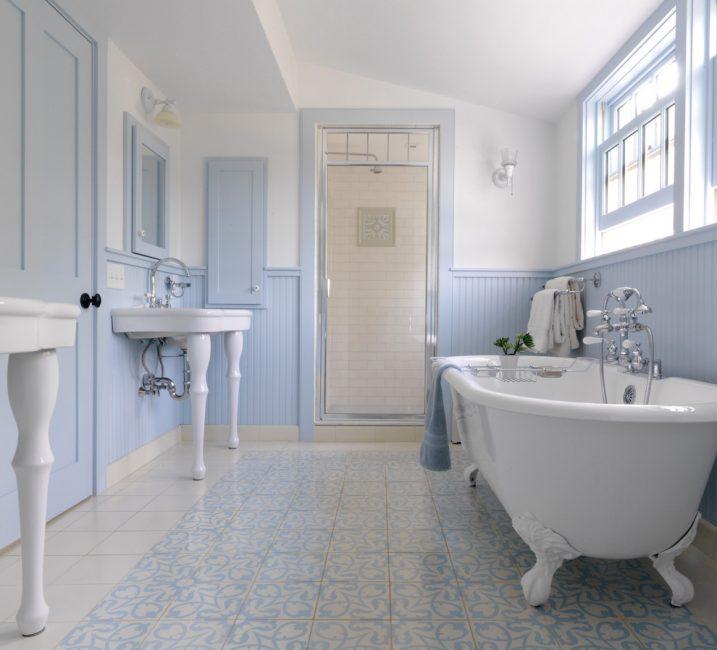 Мягко-голубые тона делают ванную очень нежной