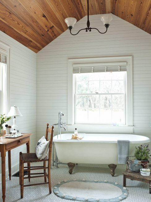 Белая ванная комната с прибавлением гарнитуры