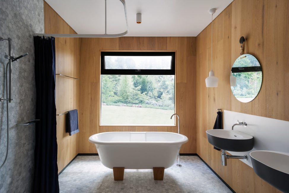 Ограниченная в большом пространстве ванная комната создает теплый и особый комфорт