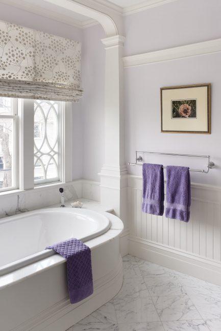 В малой ванной комнате интерьер в светлых тонах визуально расширяет ваше пространство
