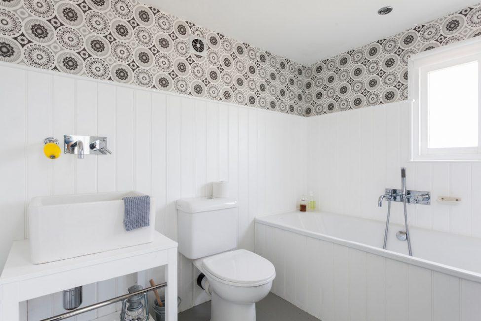 Ванная комната в белом цвете смотрится красиво и очень просторно