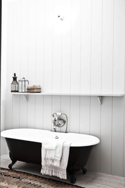 Черная ванная в белом цвете