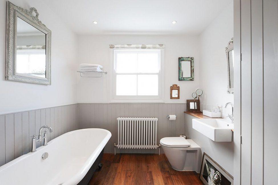 Серый пластик для ванной комнаты смотрятся строго и лаконично