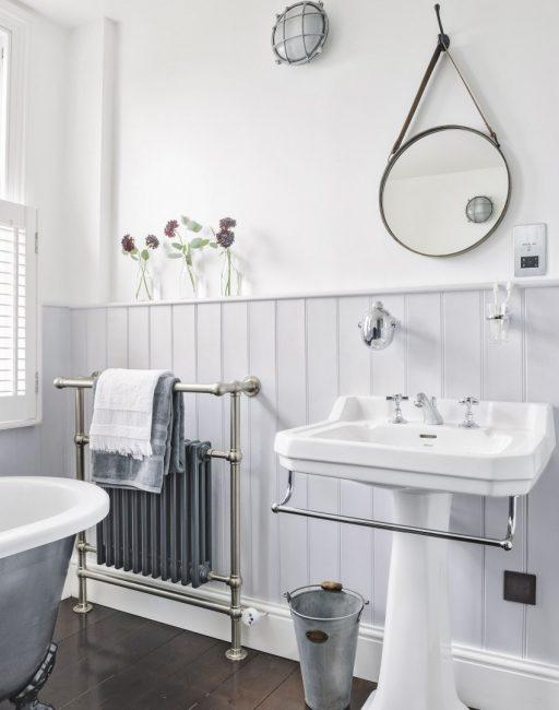 Ванная комната в светло-сером цвете смотрится красиво и очень свободно