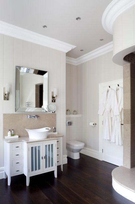 Цвет латте пластиковой обшивки гармонично смотрится с кафелем в ванной