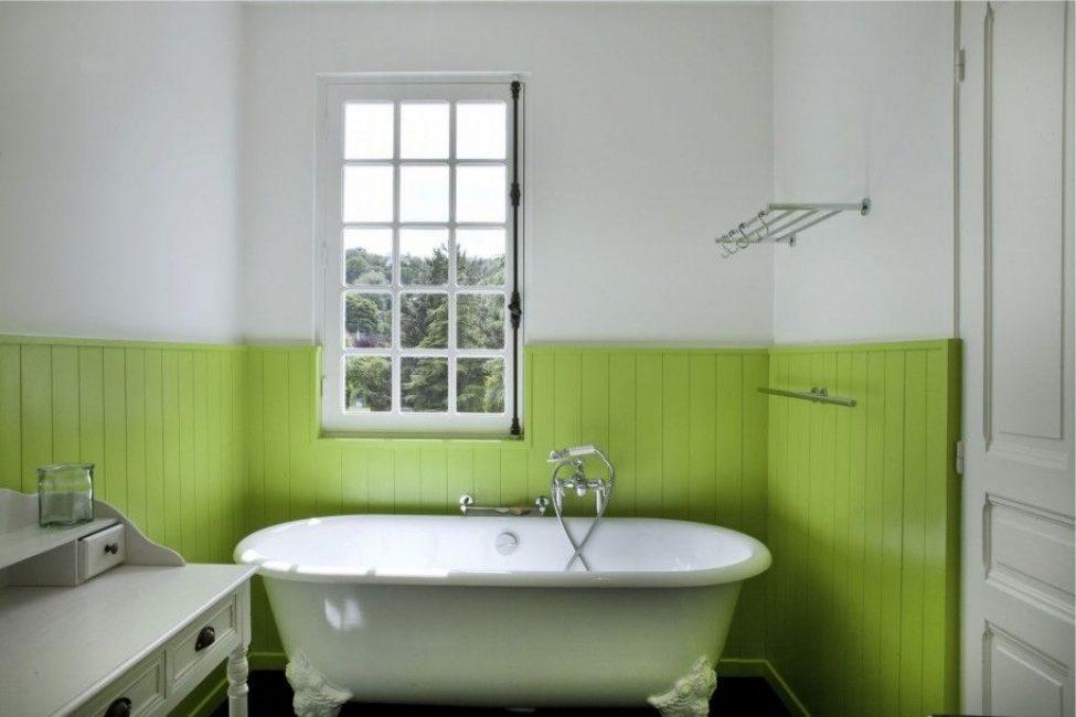 Зеленые пластиковые панели в отделке ванной комнаты