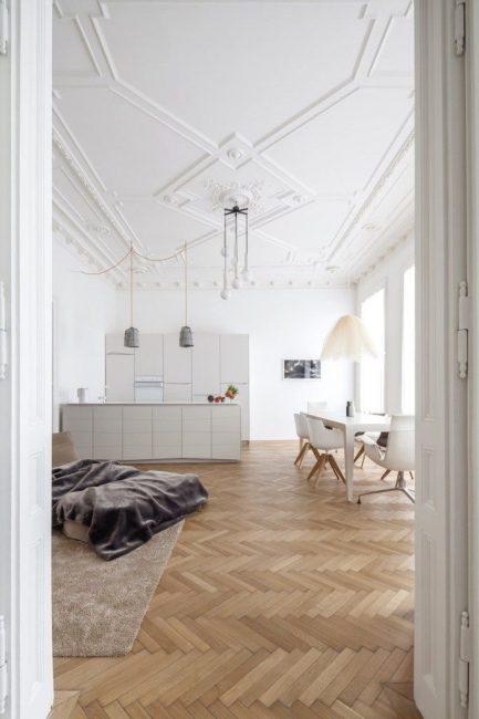 Потолки белых поверхностей и минималистского дизайна