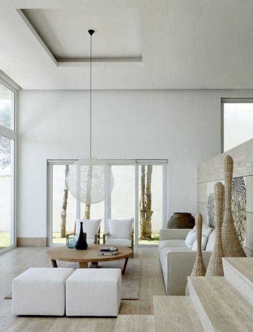 Светлый зал со светлой поверхностью