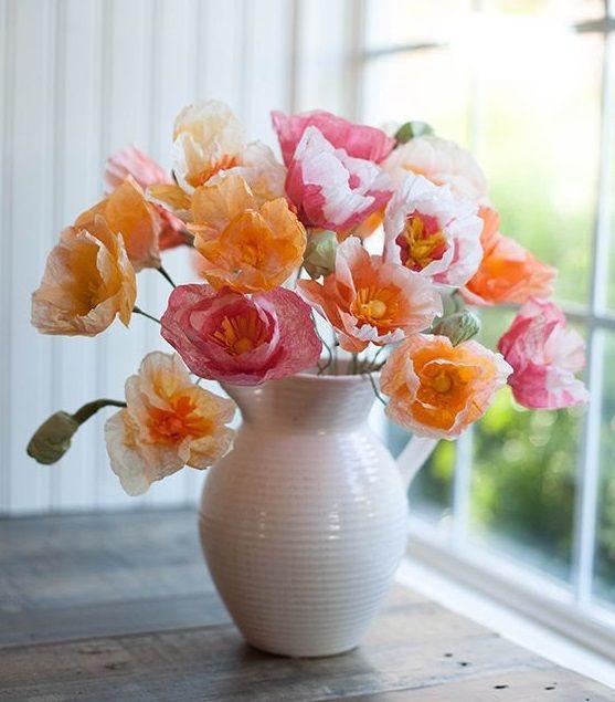 Красивые маки в белой вазе