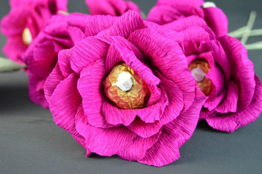 Запоминающийся букет из цветов с конфетами внутри