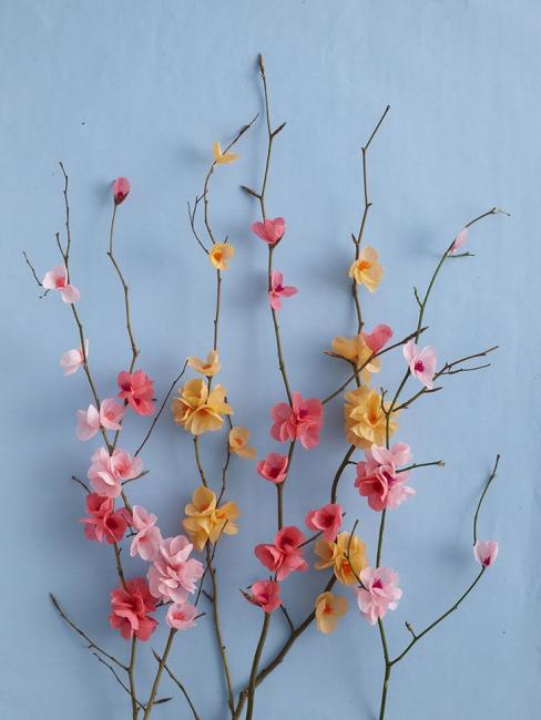 Маленькие цветочки на веточках
