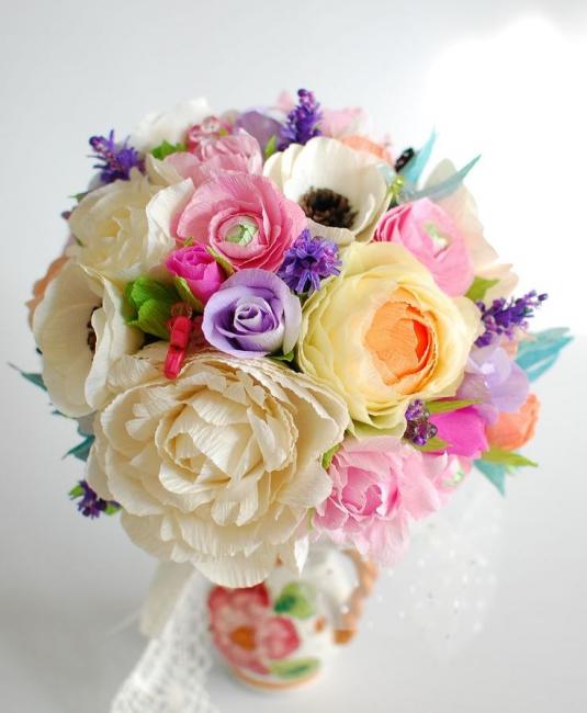 Изящный букет цветов из гофрированной бумаги