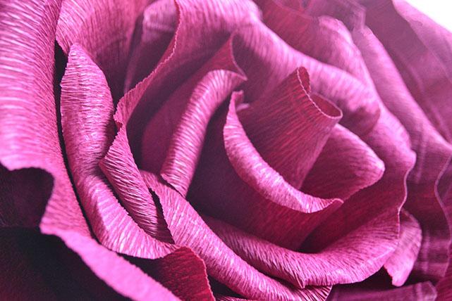 Умело изготовленные цветы выглядят совсем как настоящие