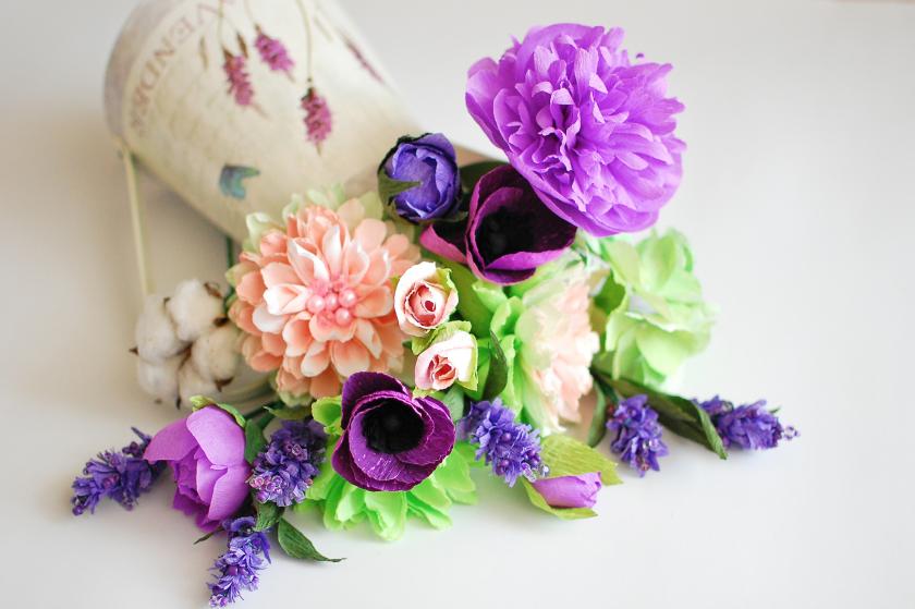 -из-гофрированной-бумаги-85-e1518209116973 Цветы из гофрированной бумаги своими руками и конфет