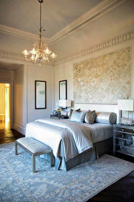 Четырехлистник подчеркнёт классический стиль в спальне