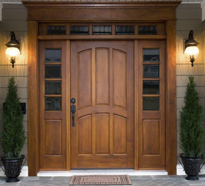 Двери из цельного дерева называют элитными