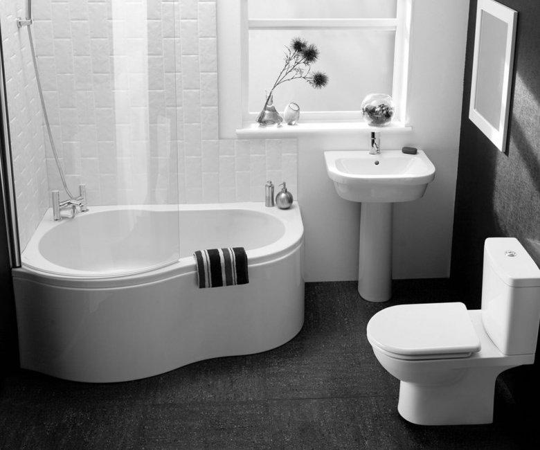 Черная и белая стена в ванной