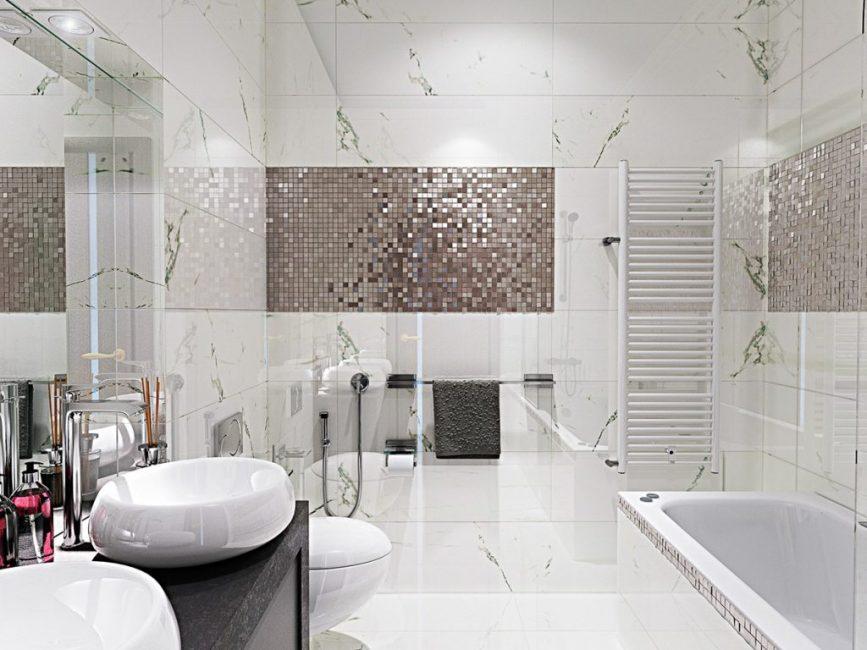 Светлая ванная с мозаикой