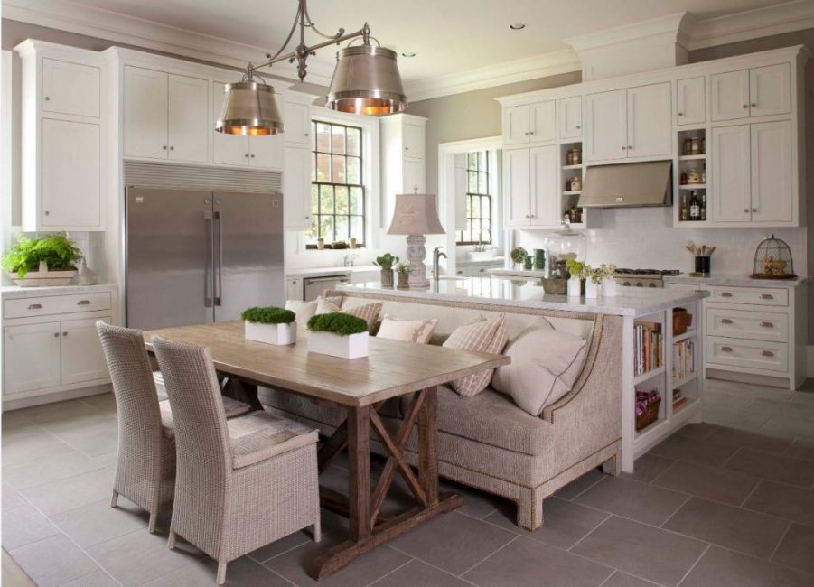 Диван стоит спиной к рабочей поверхности на кухне
