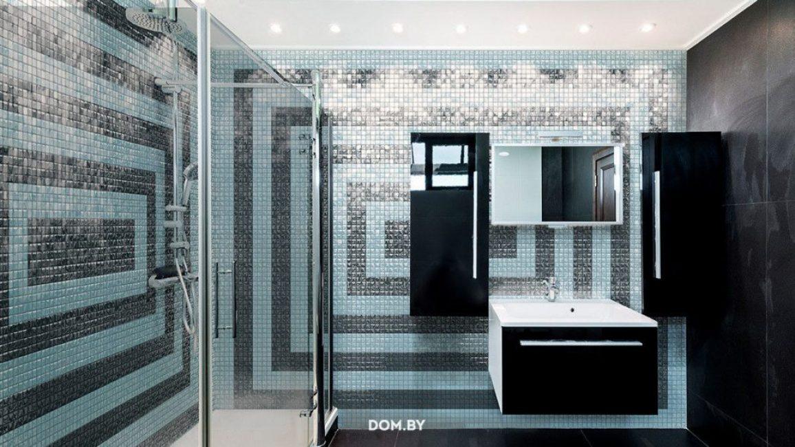 Стеклянная мозаика на стенах ванной