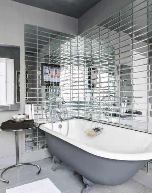 Зеркальная поверхность в ванной