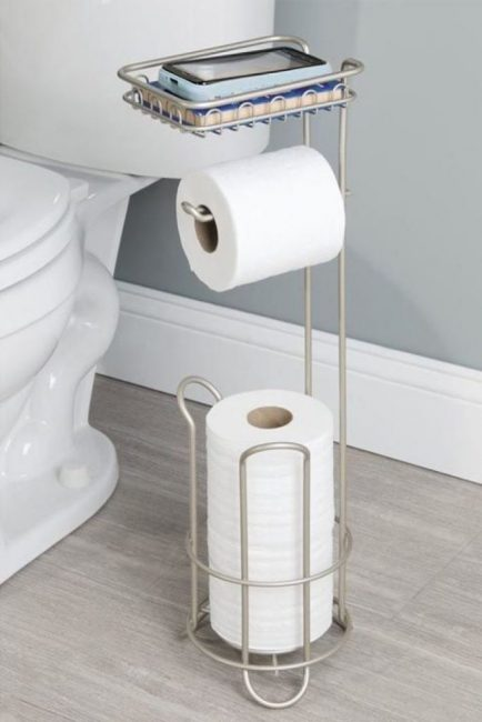 Даже держатель для туалетной бумаги может сэкономить место