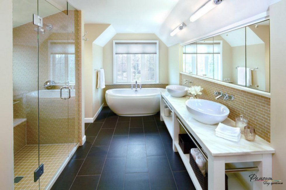 Темный пол и светлые стены в ванной