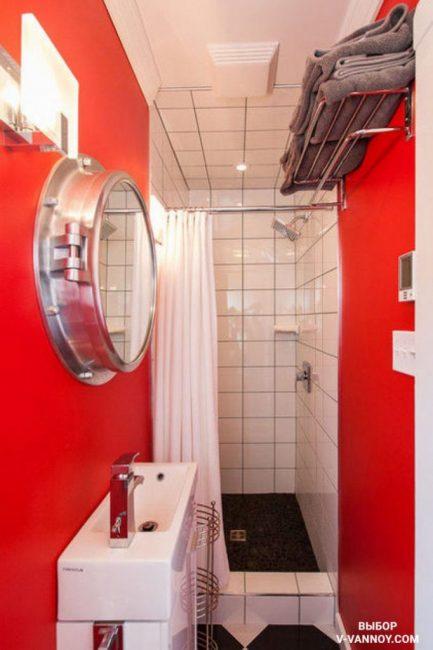 Две красные стены в ванной