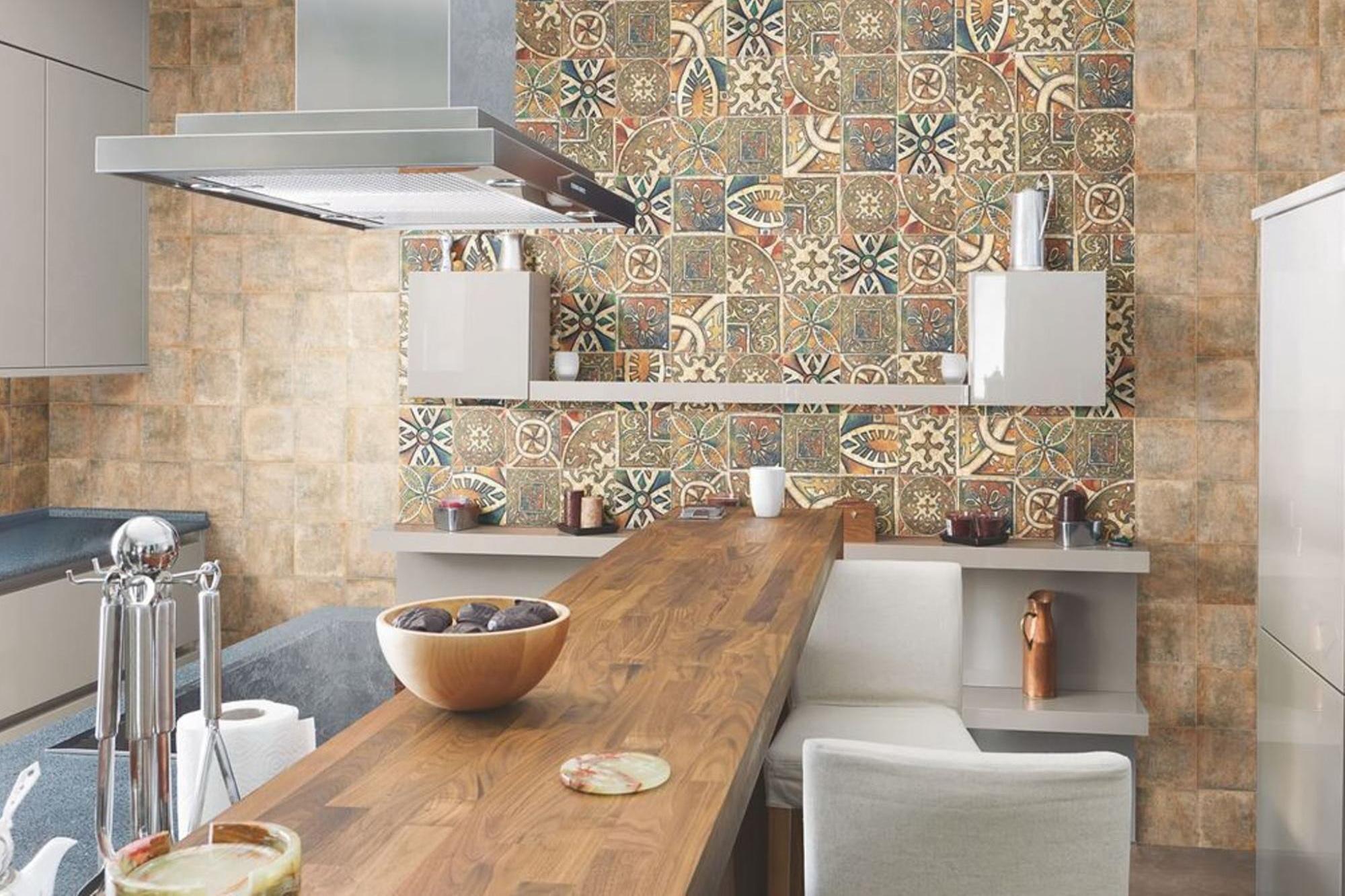 Сочетание кафельной плитки и обоев на кухне фото идеи