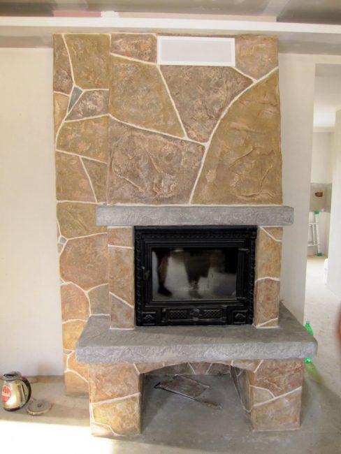 Эстетичный «графито» в отделке камина