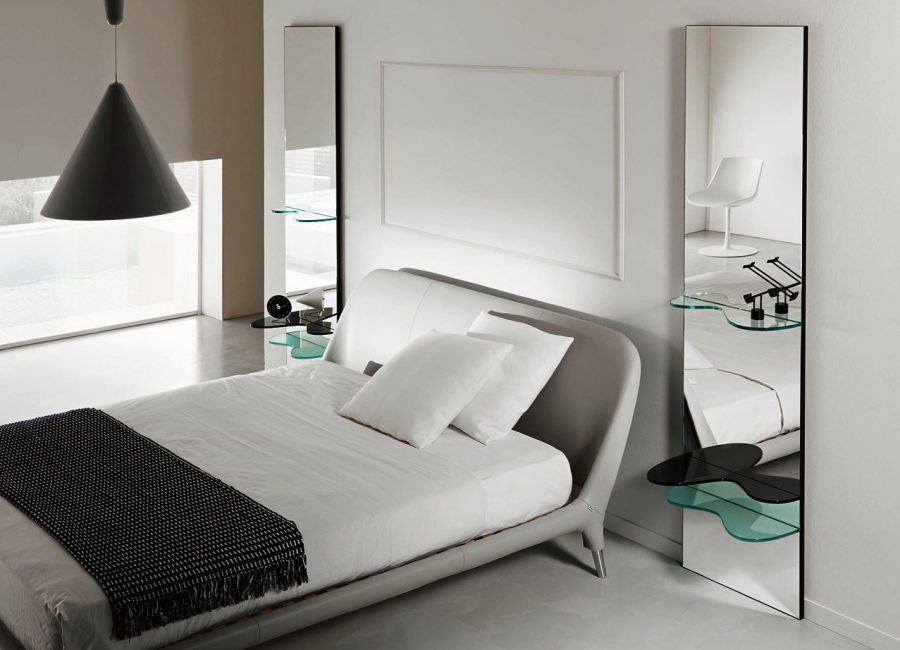Зеркало в спальне визуально увеличивает пространство