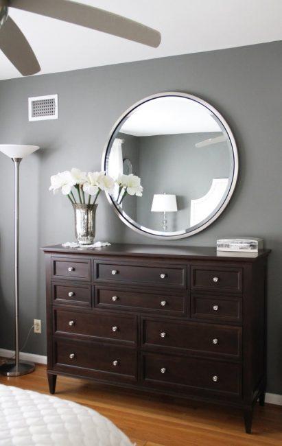 Круглое зеркало в хромированном ободе