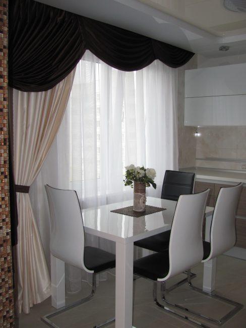 Белая кухня с черными акцентами