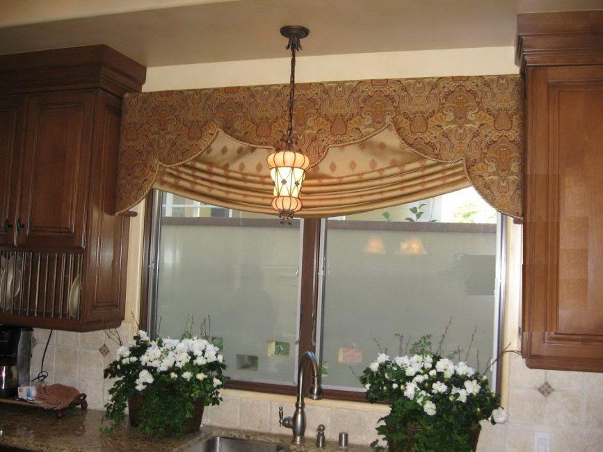 Лаконичность римских штор особенно востребована в маленьких кухнях