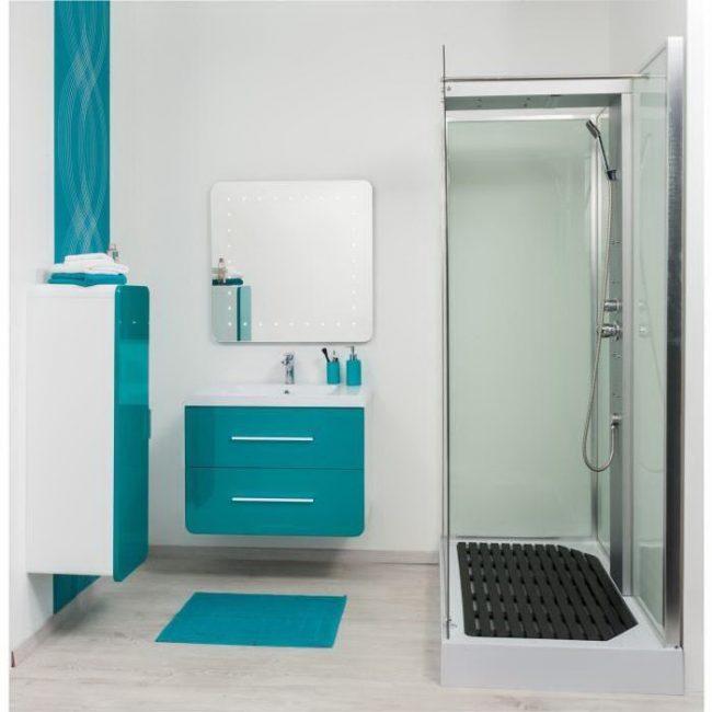 Компактная ванная комната с подвесными шкафчиками