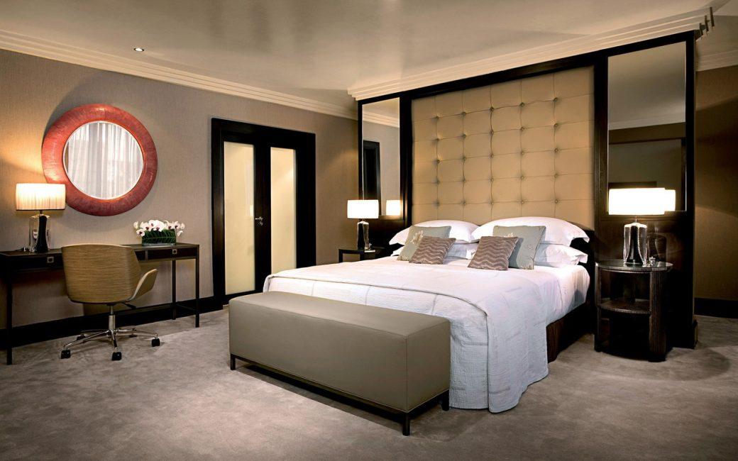 Прекрасный светлый потолок в спальне