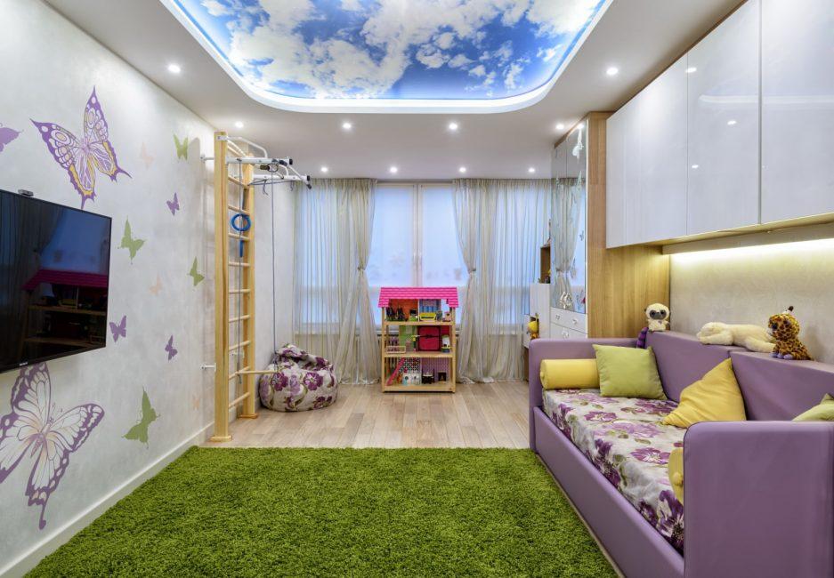 Яркое небо в детской комнате