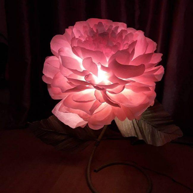 Восхитительный напольный светильник из гофрированной бумаги