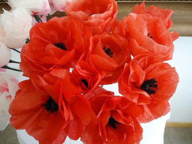 Красные цветы из жатой с черной серединкой