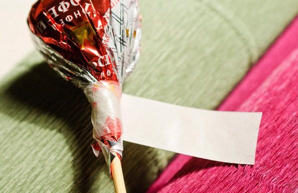 cvety-iz-bumagi-04-1 Цветы из гофрированной бумаги своими руками и конфет
