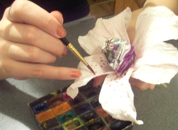 cvety-iz-bumagi-12-1 Цветы из гофрированной бумаги своими руками и конфет