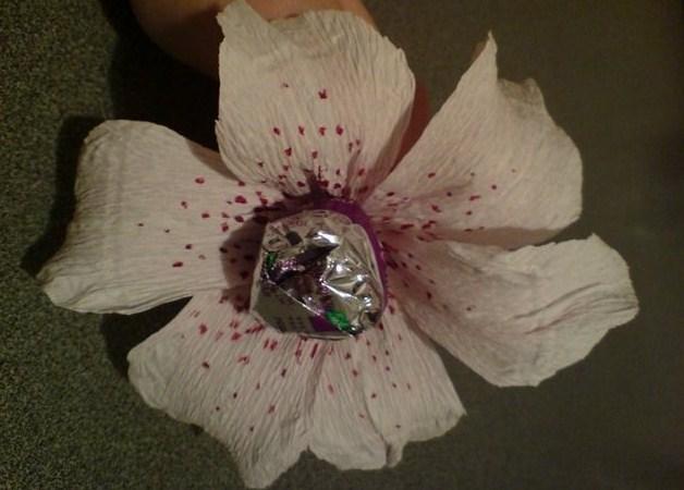 Готовый цветок с конфетой