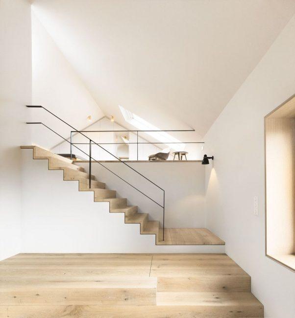 Современная лестница в мансардной зоне
